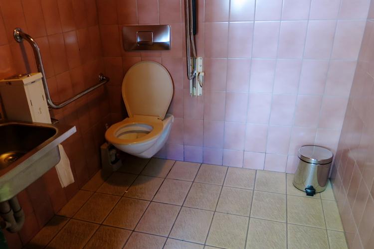 WC public adapté aux fauteuils roulant à la Kirchplatz